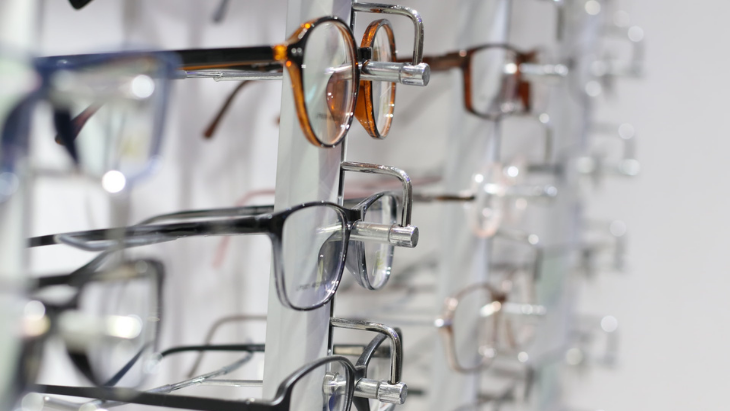 How to choose the right frame material for eyeglasses?